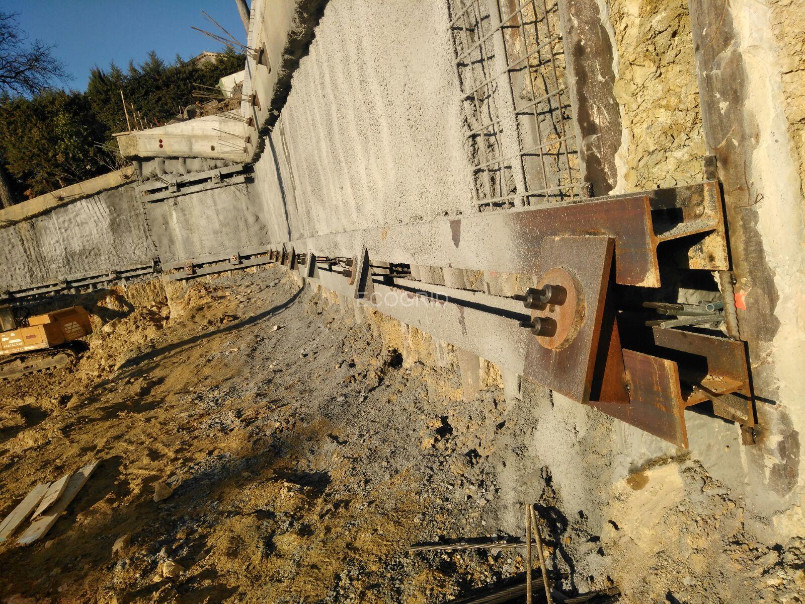 Esecuzione tiranti consolidamento muro